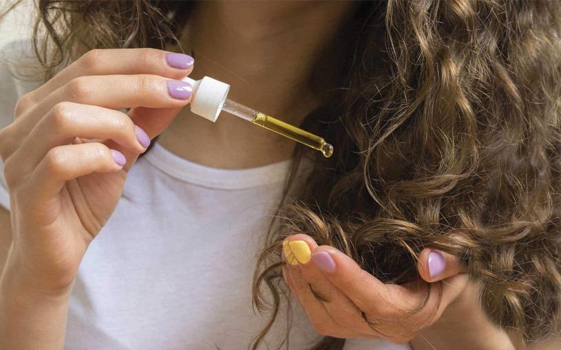 عدم استفاده از مرطوب کنندهها و نرم کنندههای مو